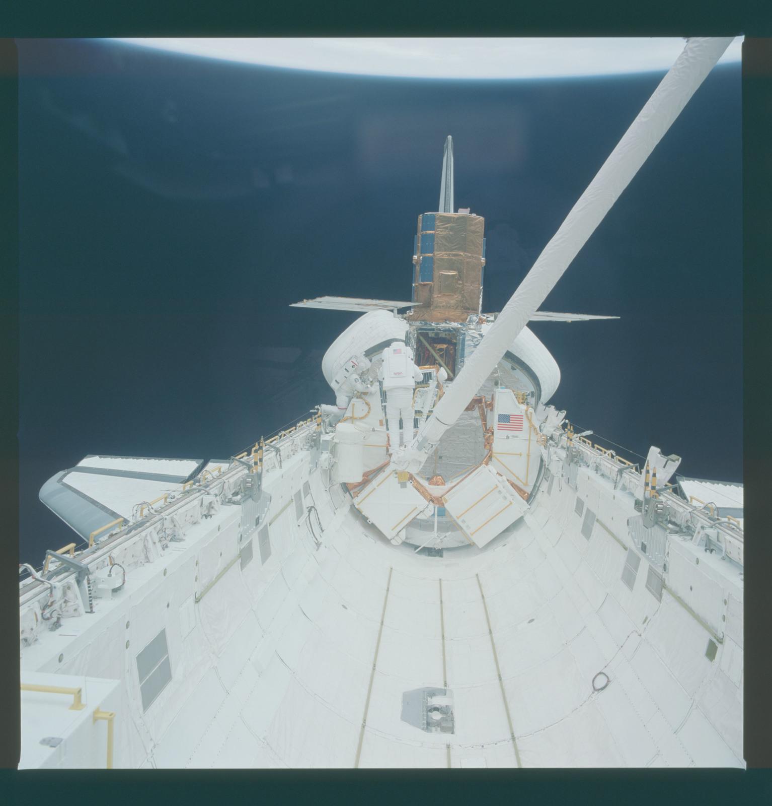 41C-37-1701 - STS-41C - EVA to repair the SMM