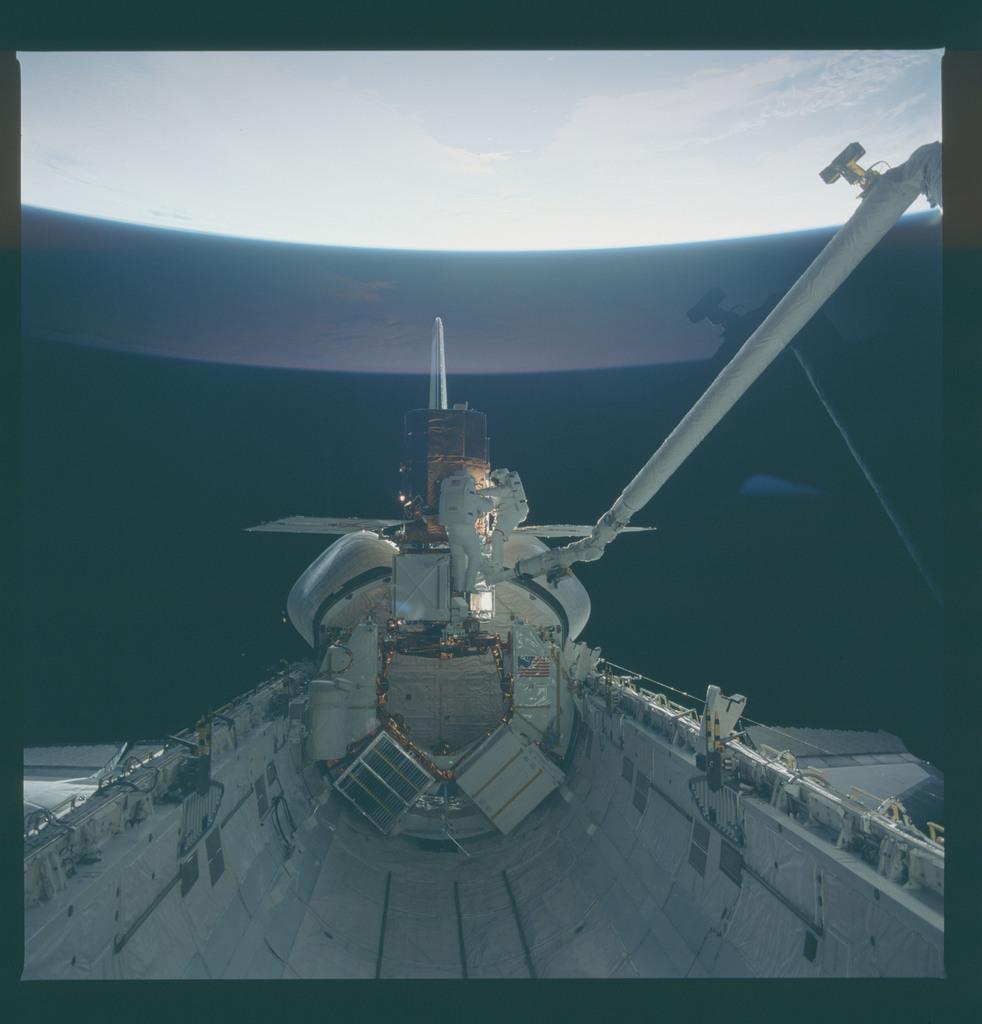 41C-37-1711 - STS-41C - EVA to repair the SMM