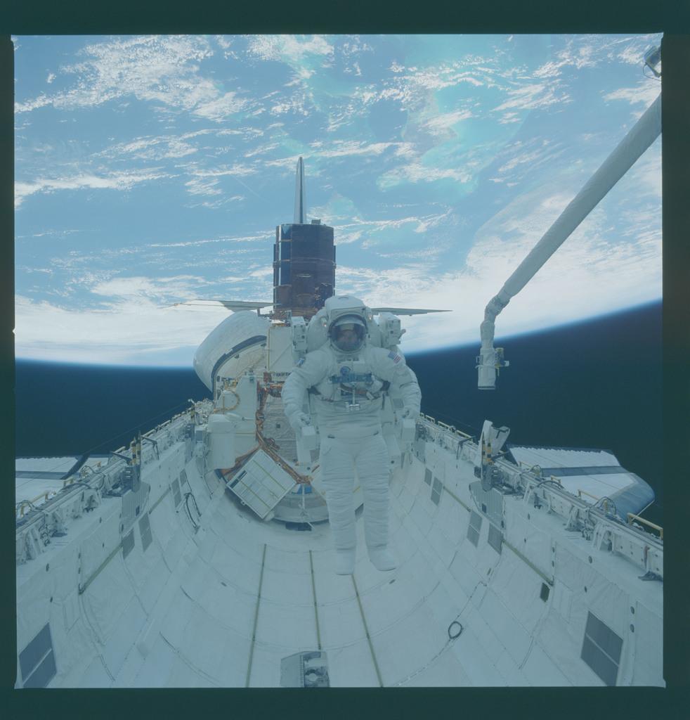 41C-37-1719 - STS-41C - EVA to repair the SMM