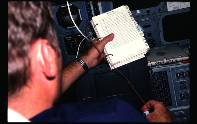 41G-08-026 - STS-41G - 41G crew activities