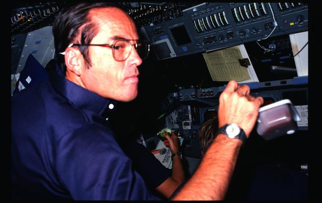41G-09-024 - STS-41G - 41G crew activities