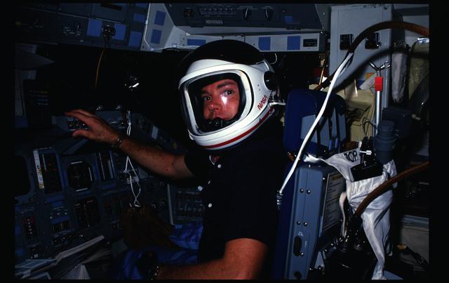41G-09-025 - STS-41G - 41G crew activities
