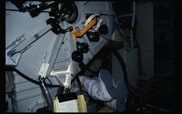 41G-12-009 - STS-41G - 41G EMU