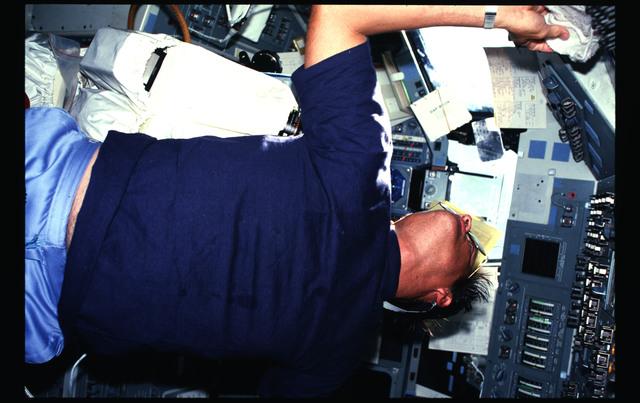 41G-18-023 - STS-41G - 41G crew activities