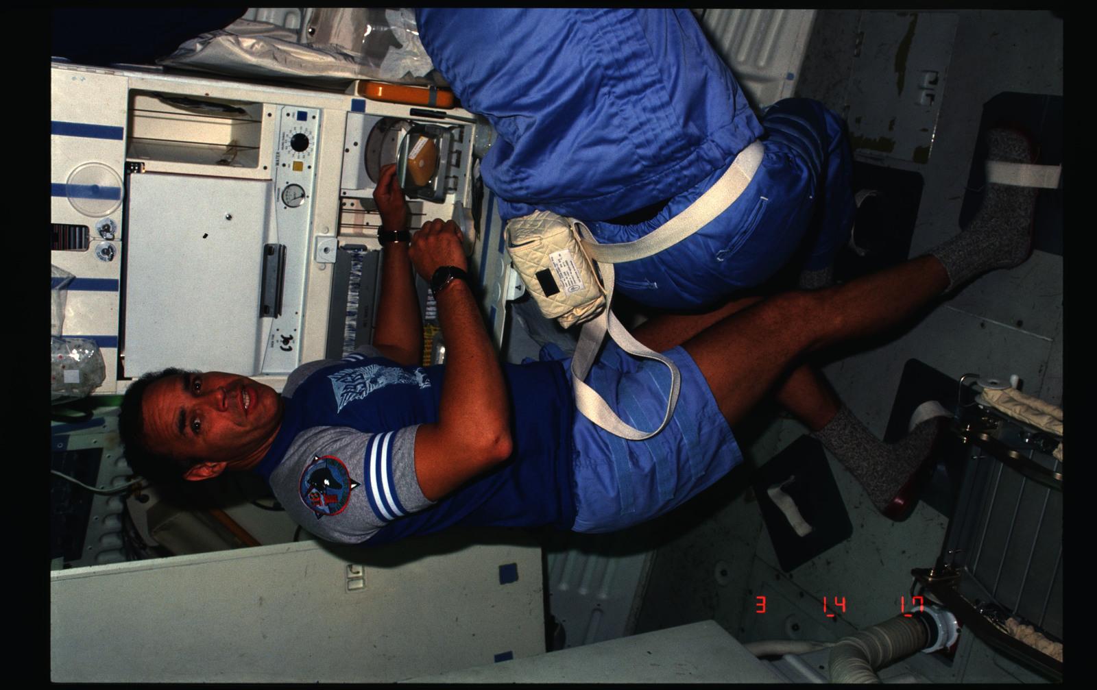 51B-12-002 - STS-51B - 51B crew activities