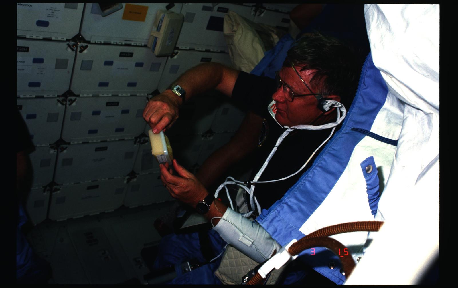 51B-12-018 - STS-51B - 51B crew activities