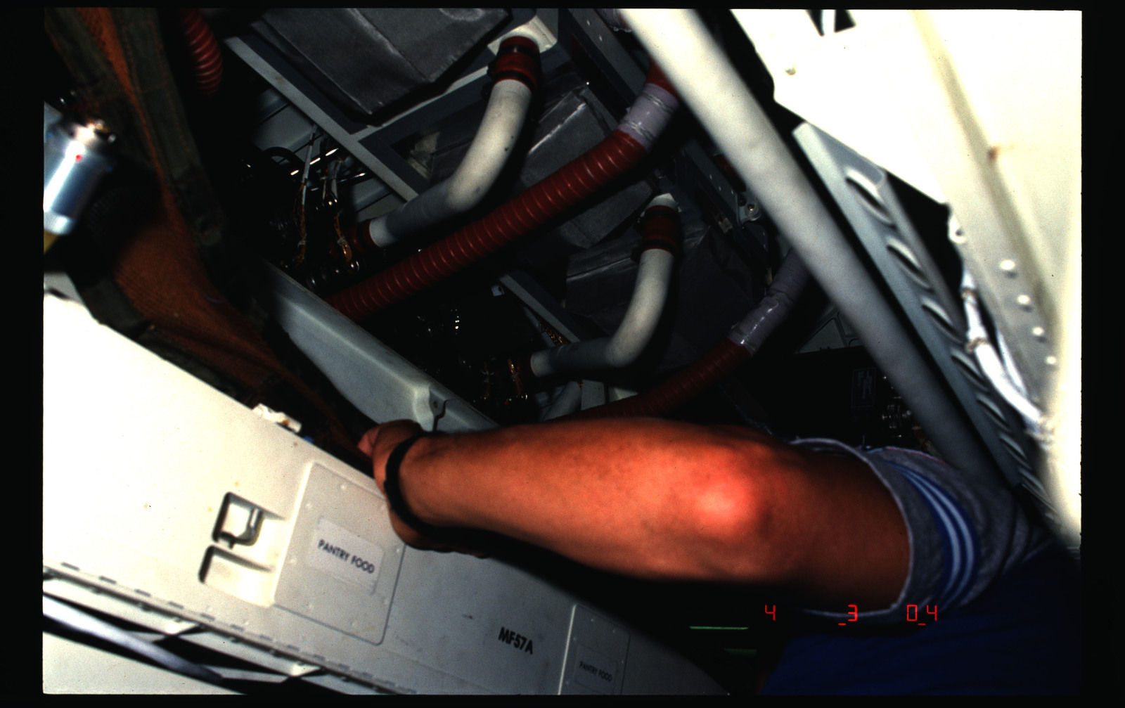 51B-13-009 - STS-51B - Cleaning