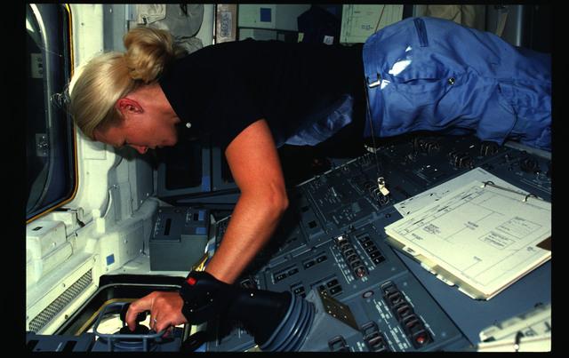 51D-04-013 - STS-51D - 51D crew activities
