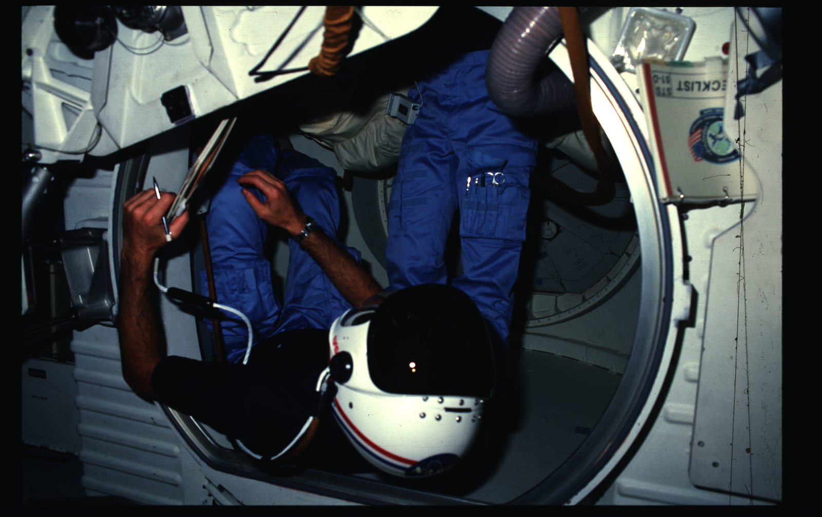 51D-06-037 - STS-51D - 51D crew activities
