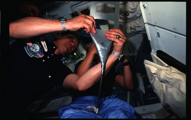 51D-07-017 - STS-51D - 51D crew activities
