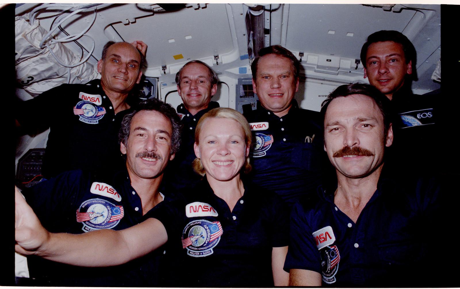 51D-21-008 - STS-51D - 51D cre...