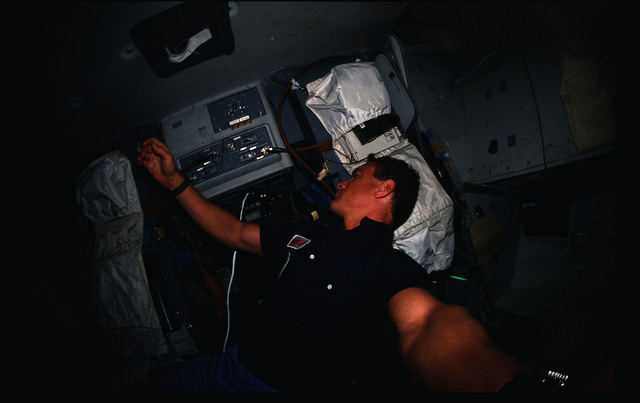 51I-04-031 - STS-51I - STS-51I crew activities - Engle on the flight deck