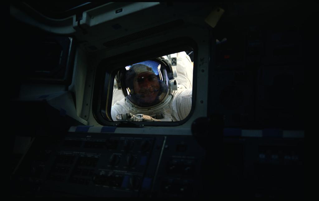 51I-11-032 - STS-51I - Fisher and van Hoften EVA in payload bay