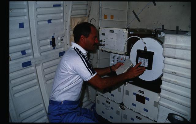 51I-15-010 - STS-51I - Van Hoften operates the PVTOS keyboard on the middeck