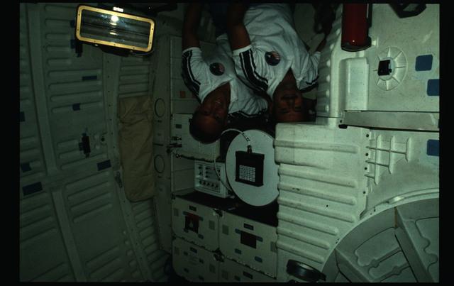 51I-19-007 - STS-51I - STS-51I crew activities - van Hoften, Lounge and Fisher