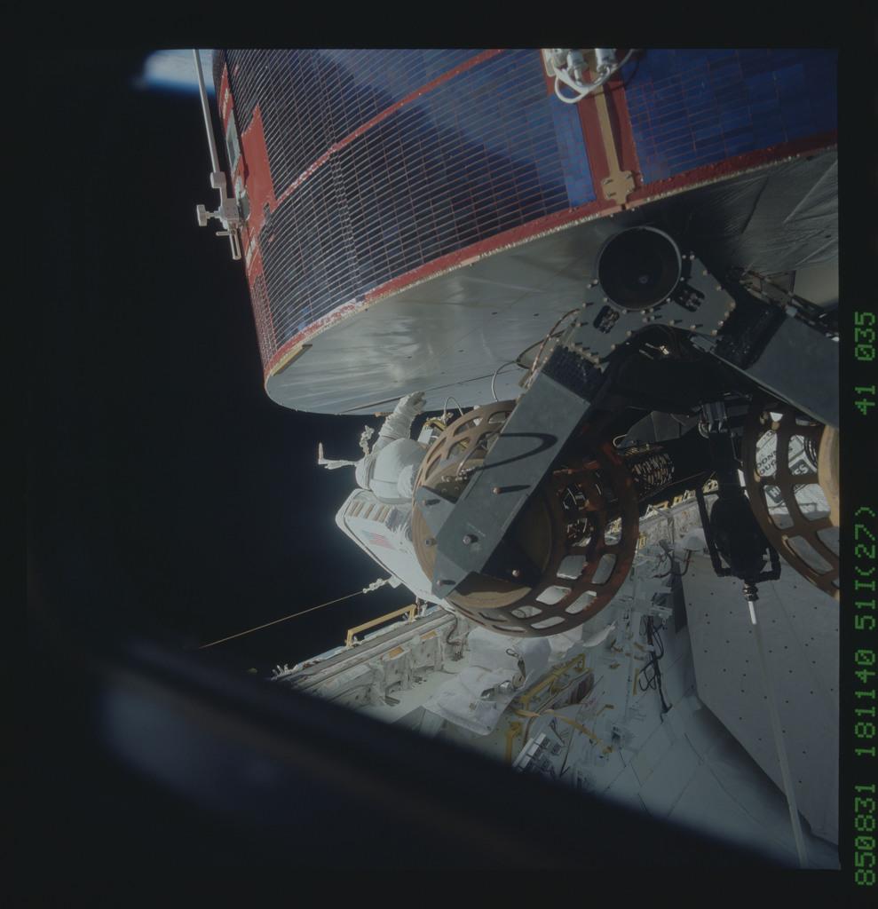 51I-41-035 - STS-51I - LEASAT-3 repairs during Fisher and van Hoften EVA