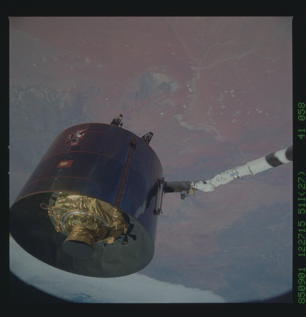 51I-41-058 - STS-51I - LEASAT-3 repairs during Fisher and van Hoften EVA