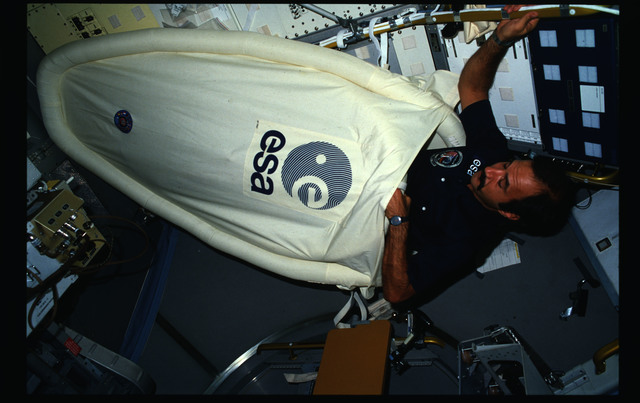 61A-18-009 - STS-61A - STS-61A crew activities in Spacelab-D