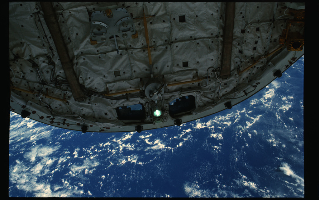 61B-101-031 - STS-61B - Ross and Spring during Extravehicular Activity (EVA) for STS-61B