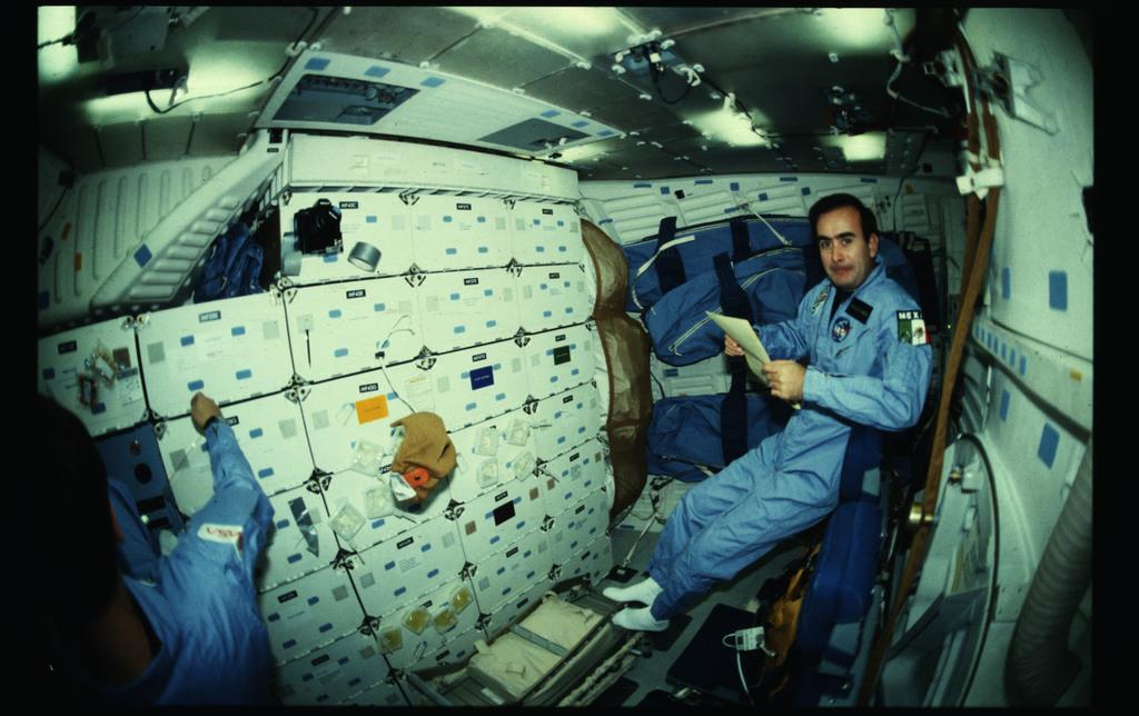 61B-20-016 - STS-61B - STS-61B crew activities