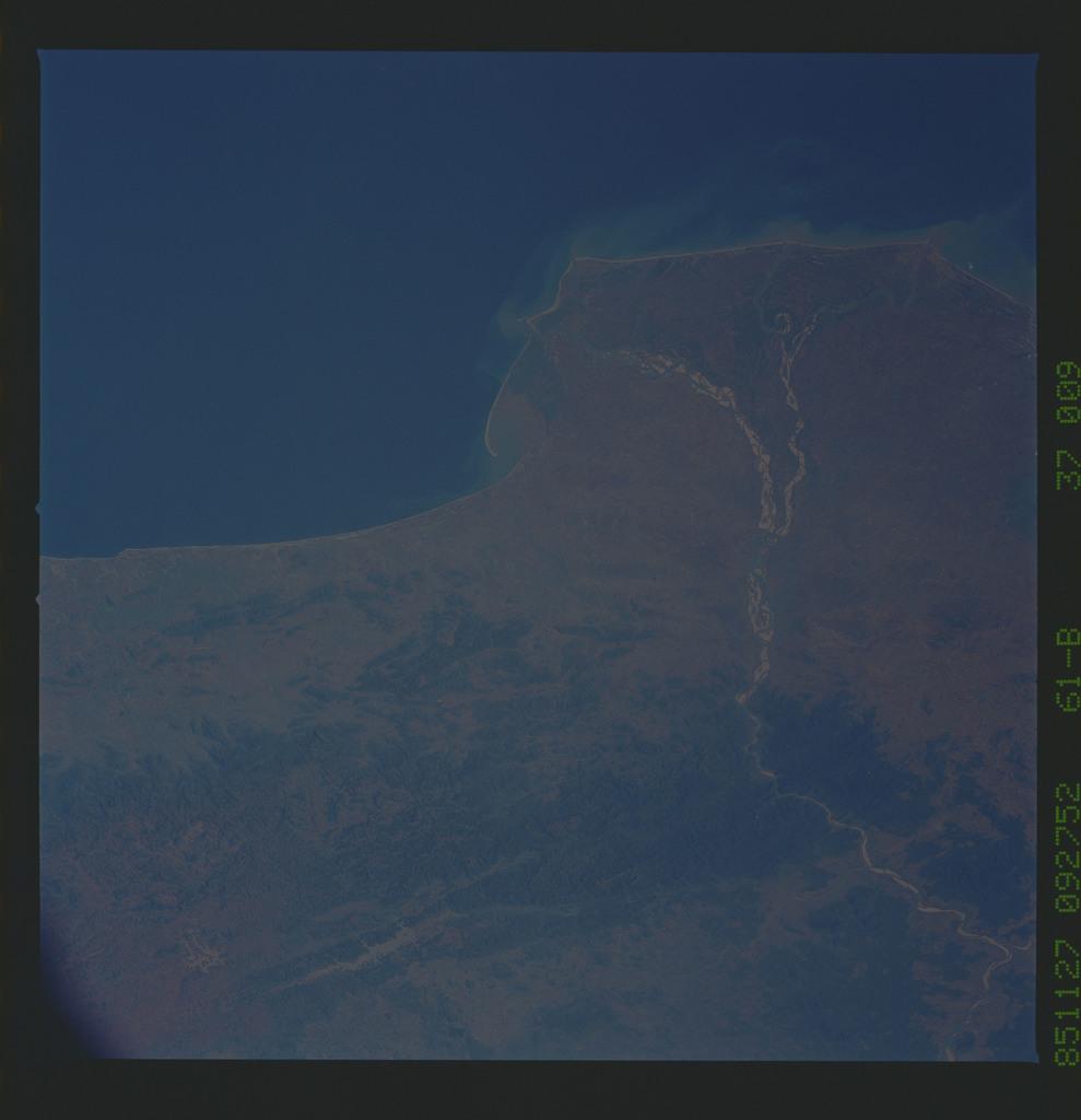 61B-37-009 - STS-61B - STS-61B earth observations