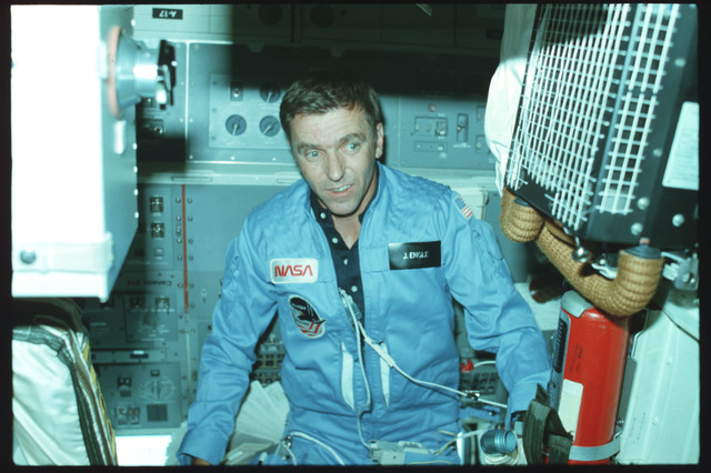 S02-02-861 - STS-002 - Commander Engle floats on Aft Flight Deck in front of the Onorbit Station