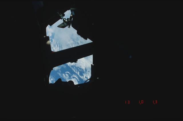 S05-05-181 - STS-005 - Earth's surface seen through forward flight deck windows