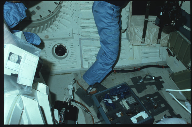 S05-15-571 - STS-005 - Crew members use IVA foot restraints and conduct experiment on middeck