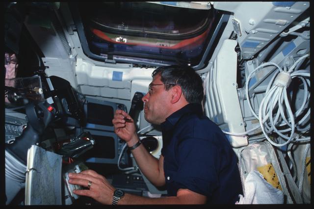 S09-02-031 - STS-009 - STS-9 crew activities