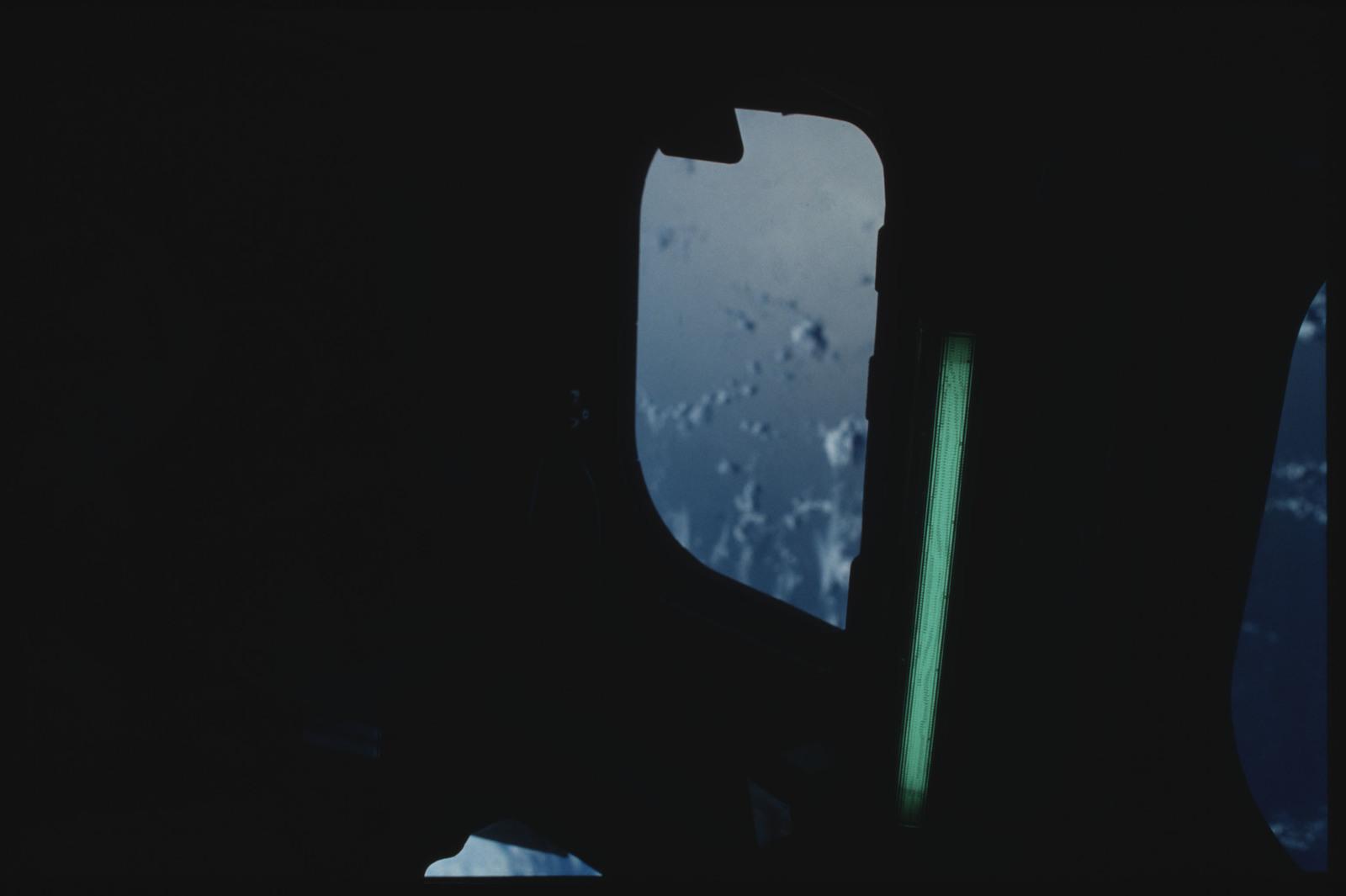 S09-02-043 - STS-009 - Flight deck windows