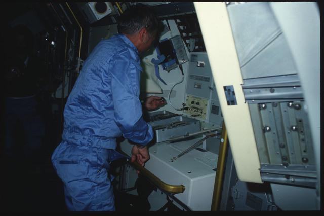 S09-04-111 - STS-009 - Garriott working in the Spacelab