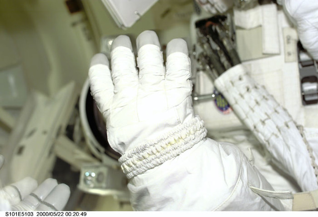S101E5103 - STS-101 - EMU glove in the airlock