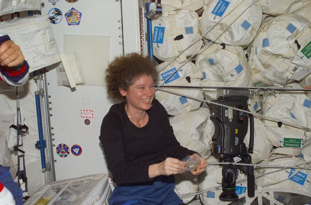 S105E5146 - STS-105 - Gift exchange between crews in ISS Node 1/Unity