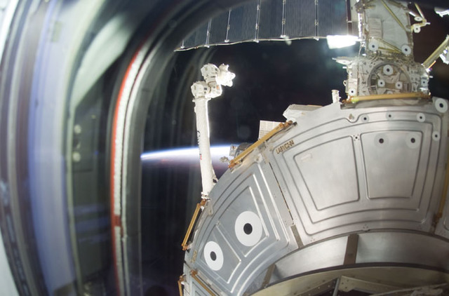 S105E5340 - STS-105 - SSRMS/Canadarm2 and ISS backdropped by Earth limb