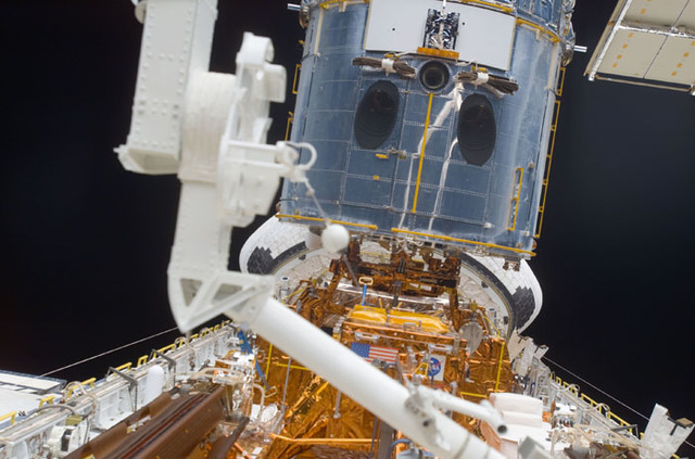 S109E5666 - STS-109 - RMS arm over orbiter Columbia's payload bay