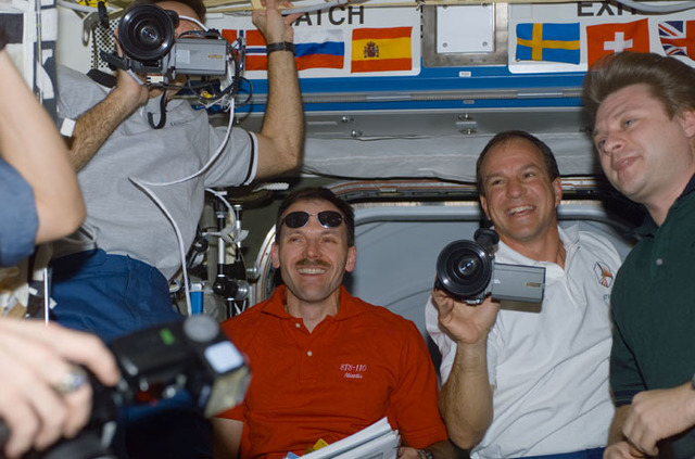 S110E5099 - STS-110 - Walz, Smith, Bloomfield and Onufrienko congregate in Destiny during STS-110's visit to the ISS