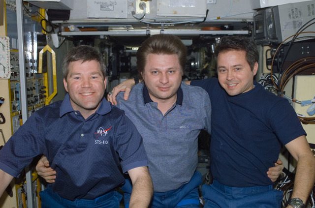 S110E5860 - STS-110 - Frick, Onufrienko and Bursch pose in Zvezda during STS-110's visit to the ISS