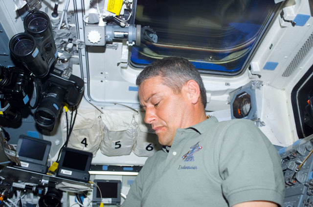 S111E5001 - STS-111 - Korzun at work on Shuttle Endeavour's aft flight deck (AFD) during STS-111 UF-2.