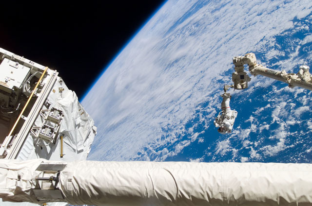 S111E5133 - STS-111 - Chang-Diaz on the Canadarm2 SSRMS backdropped against Earth limb during  STS-111 UF-2 EVA 1