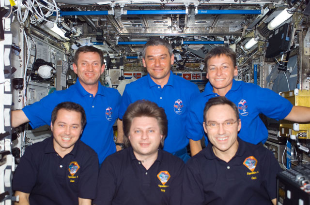 S111E5277 - STS-111 - Expedition Four and Expedition Five crews group portrait in U.S. Lab taken during STS-111 UF-2