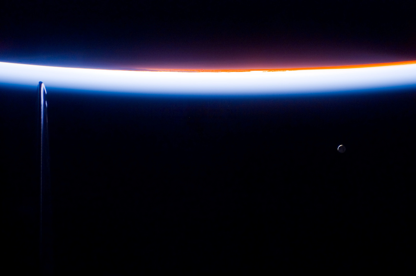 S113E05472 - STS-113 - Earth limb view of Orbital Sunset during STS-113