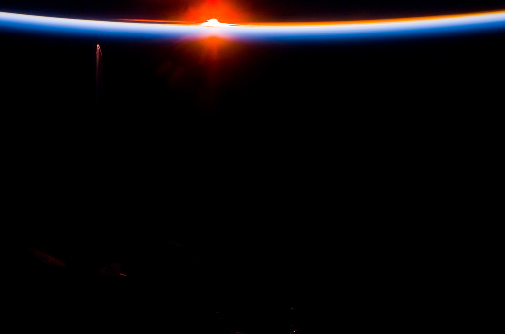 S113E05479 - STS-113 - Earth limb view of Orbital Sunset during STS-113
