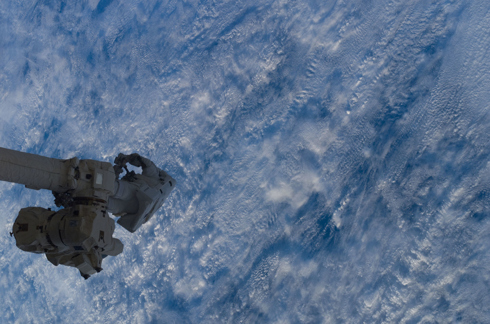 S114E6276 - STS-114 - Robinson on SSRMS Canadarm2 during EVA 3