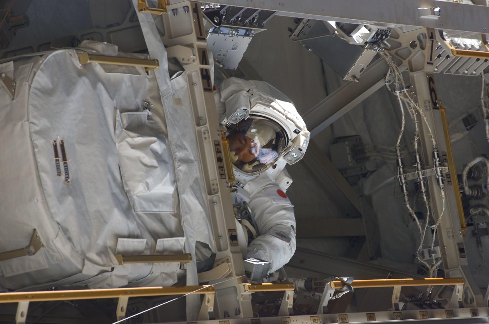 S114E6887 - STS-114 - EVA 3