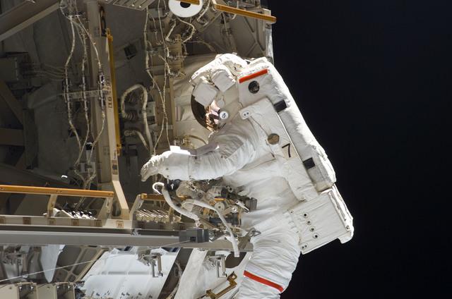 S114E6889 - STS-114 - EVA 3
