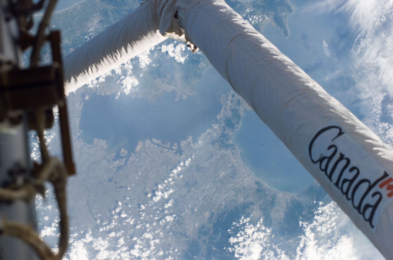 S114E7514 - STS-114 - SSRMS Canadarm 2