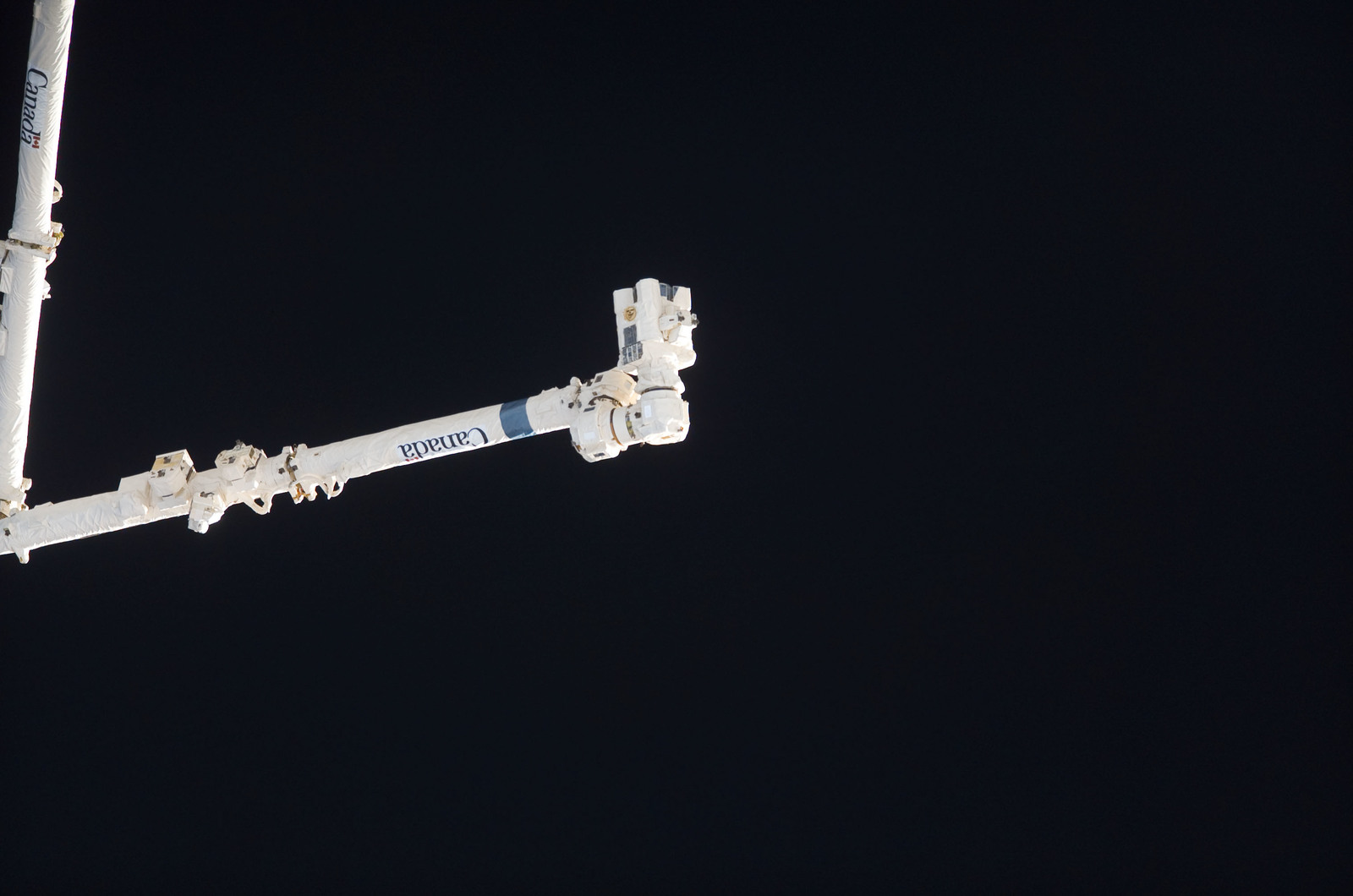 S115E05403 - STS-115 - ISS during approach of the STS-115 Space Shuttle Atlantis
