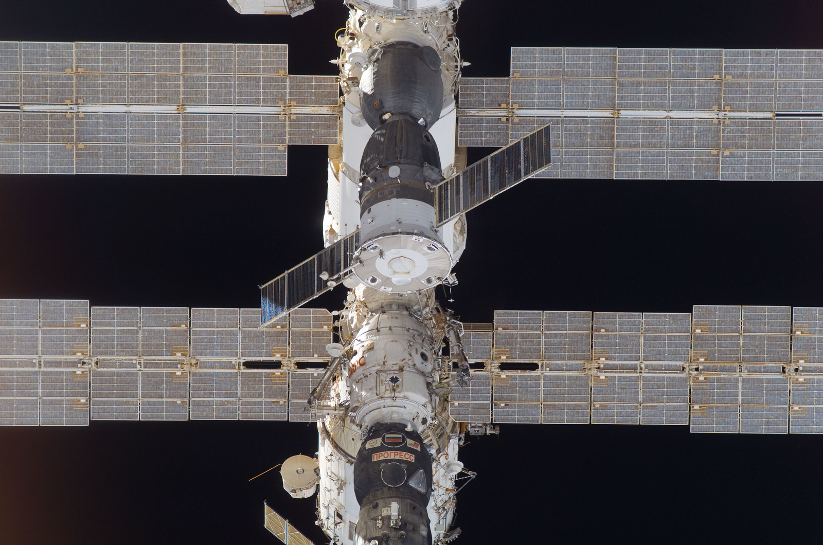 S115E05409 - STS-115 - ISS during approach of the STS-115 Space Shuttle Atlantis