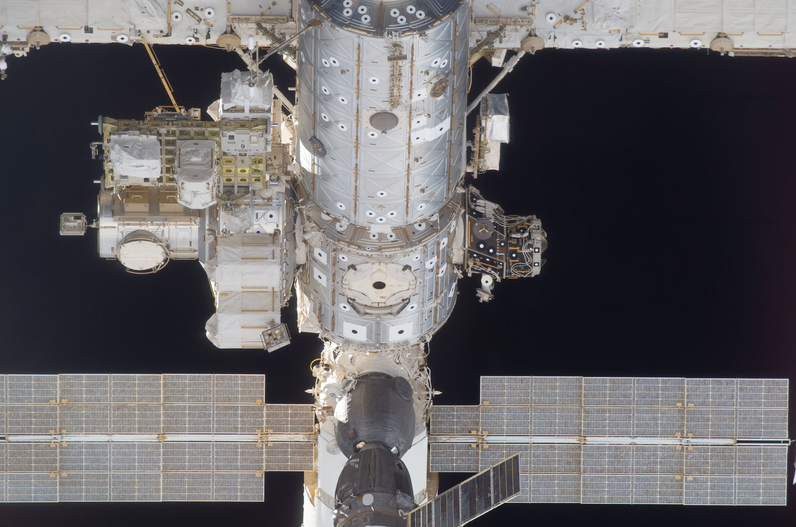 S115E05410 - STS-115 - ISS during approach of the STS-115 Space Shuttle Atlantis