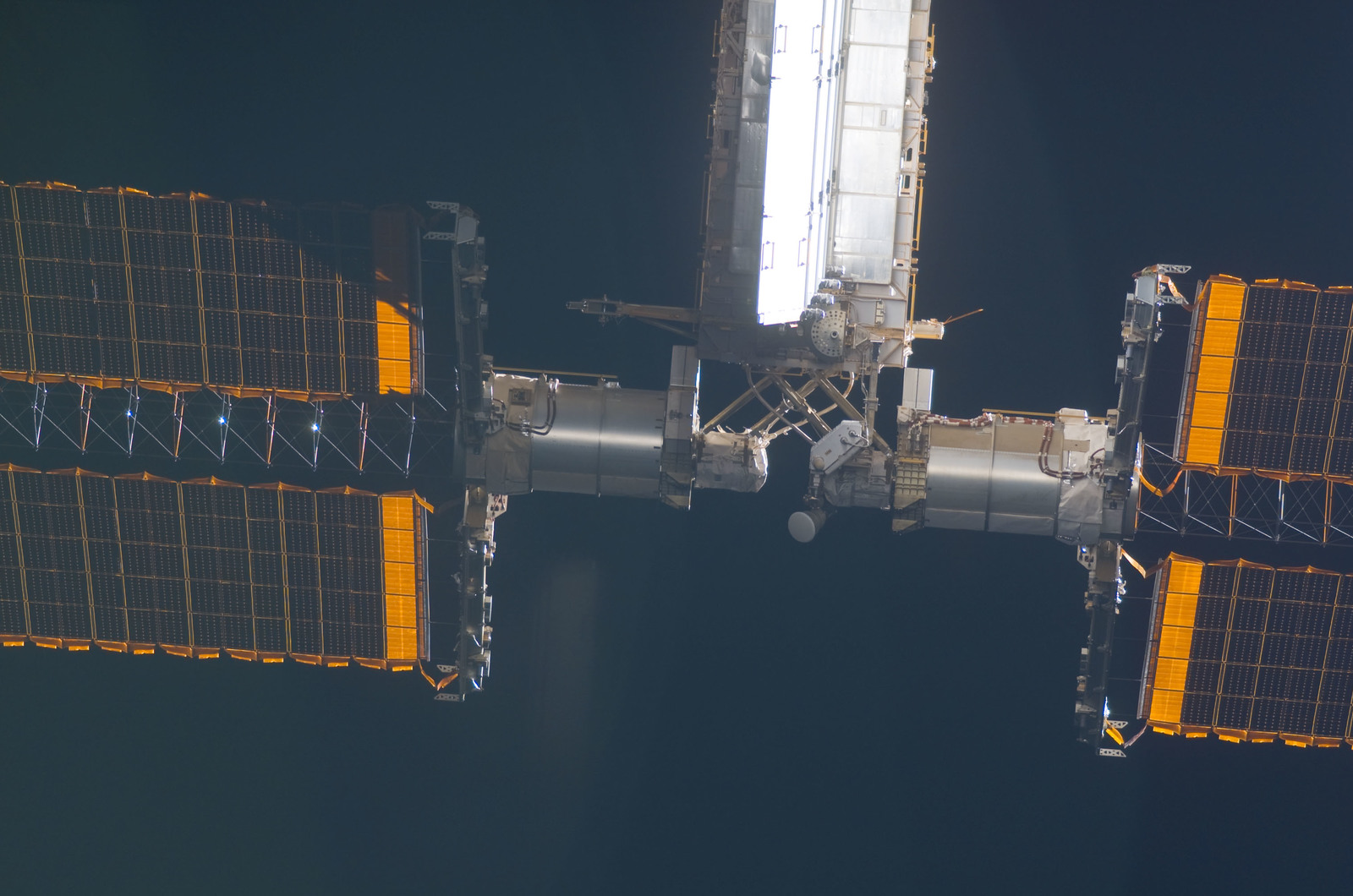 S115E05462 - STS-115 - ISS during approach of the STS-115 Space Shuttle Atlantis